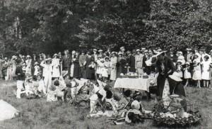 – Concours d'enfants costumés dans le parc des tilleuls. Un ravissant petit poussin jaune sous sa mue fut particulièrement remarqué.
